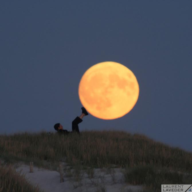 Sabine porte la Lune avec ses pieds
