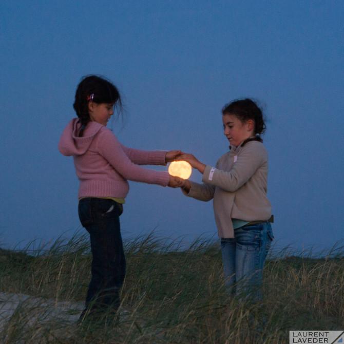 Deux enfants attrapent la Lune