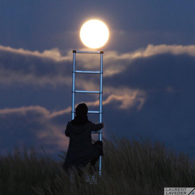 Monter sur le Lune à l'aide d'une échelle