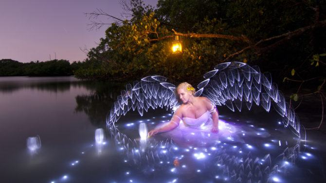 light_painting_wings_in_a_lake