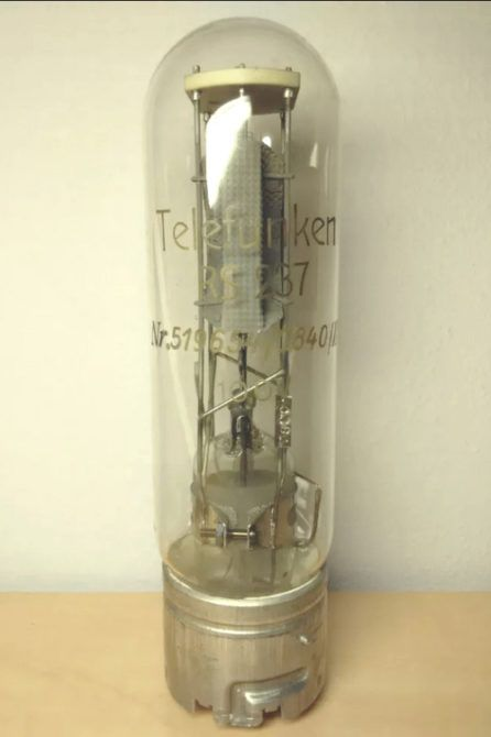 Jun's prized 1938 Telefunken RS237. © Jun Sato. Image used with permission.