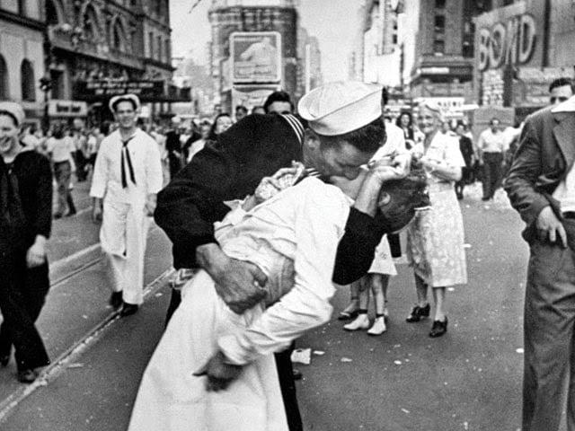 World War II sailor kissing a nurse by photographer Alfred Eisentaedt
